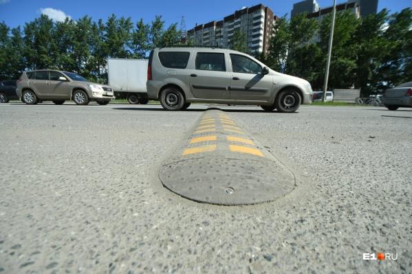 «Лежачий полицейский» серьезно замедляет поток автомобилей