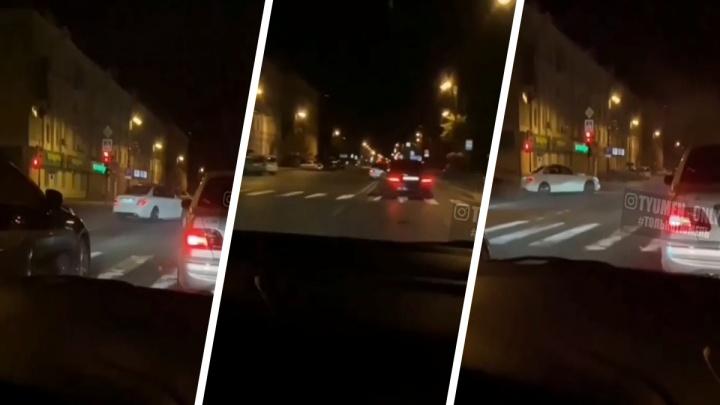 Опасно разворачивался и крутился на перекрестке: тюменец на иномарке устроил дрифт в центре города