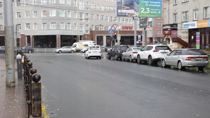 Власти починили самую позорную улицу в центре Новосибирска — мы нашли там таинственные дырки в асфальте