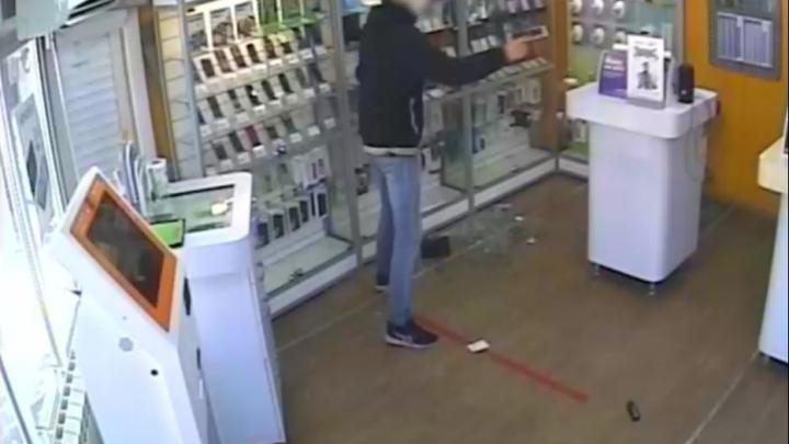 В Уфе подросток с пистолетом ограбил магазин в Черниковке. За ним погнался другой вооруженный мужчина