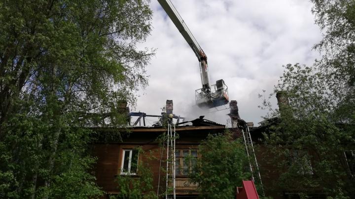 В центре Архангельска горел деревянный дом. Пожарные спасли четырех человек