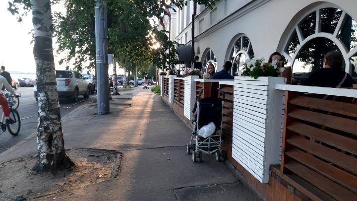 «Заказано со вчерашнего дня»: летние кафе и веранды в Архангельске оказались переполнены