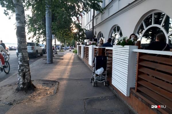 На летней веранде «Почтовой конторы» свободных мест почти нет<br>