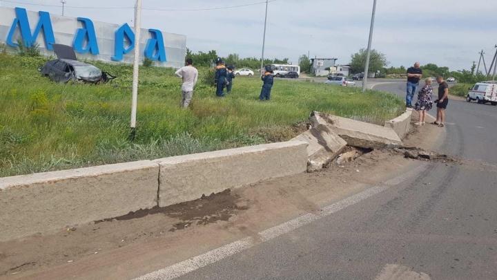 «Один человек погиб»: на выезде из Самары легковушка вылетела с трассы