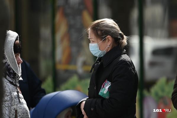 По словам Быковской, всех жителей области проверять на коронавирус сейчас нет смысла. Тестируют только тех, кто может быть заражен