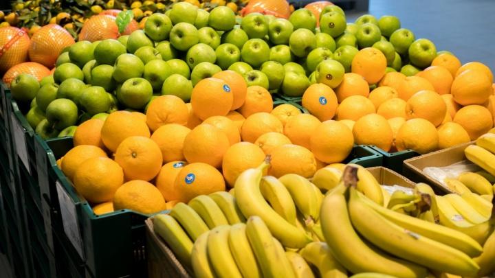 Уходят с полными пакетами: какие продукты закупают новосибирцы и где — предновогодний репортаж