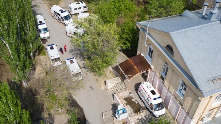 «Слава богу, еще ничего не отняли»: водителей скорой помощи для больных COVID-19 оставили без путинских надбавок