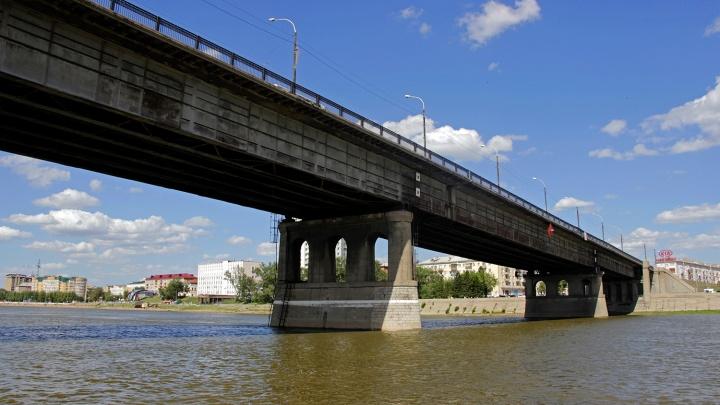 В Омске до утра перекрыли Ленинградский мост