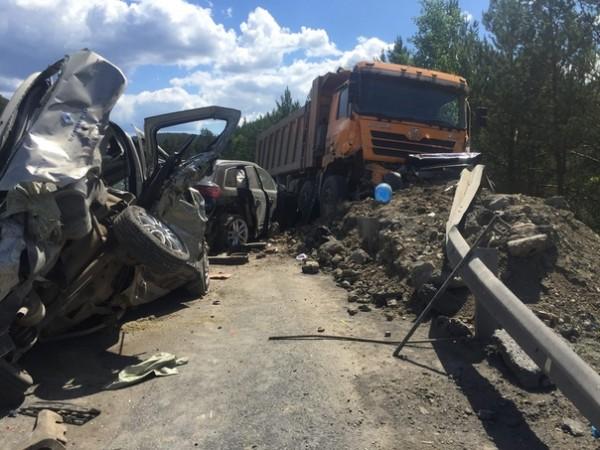 По предварительной информации, у грузовика отказали тормоза