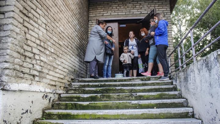 «Ощущение, что к ремонту даже не приступали»: Травников возмутился состоянием новосибирской школы после репортажа НГС