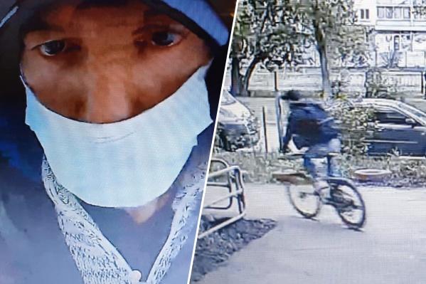 К дому на Котина, 3 этот мужчина пришёл на своих двоих, а уехал — на чужом велосипеде