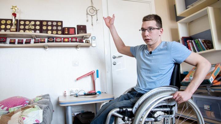 Бюрократия топит: пловец-колясочник из Челябинска четыре года ждёт положенного ему как сироте жилья