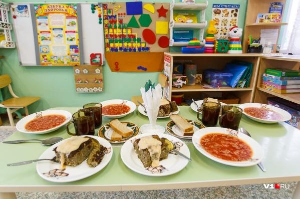 Одни родители сетуют на плохие продукты в садике, а другие — на условия их приготовления