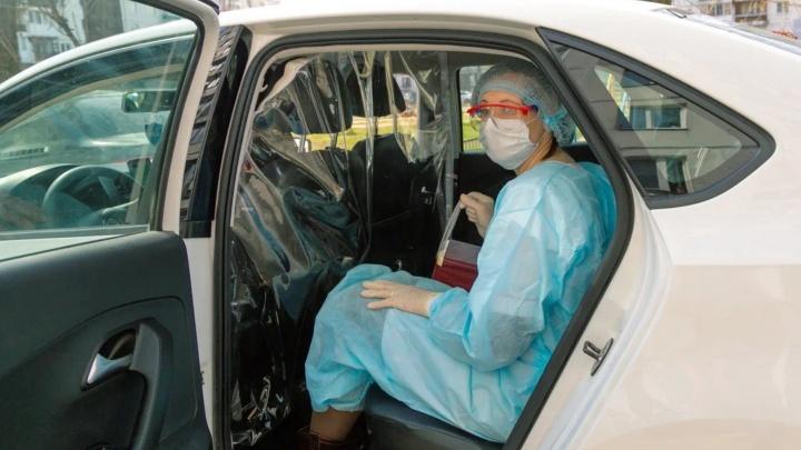 Омских медиков начали бесплатно возить на такси на работу и домой