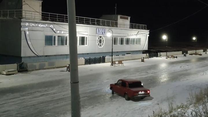 Архангелогородец снял на видео, как «Жигули» дрифтуют на Красной пристани