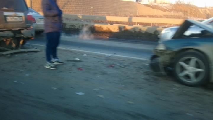Минимум 6 человек увезли на скорой после аварии с автобусом: Октябрьский мост сковали заторы