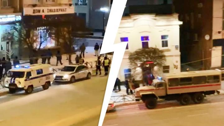 В центр Екатеринбурга приехали десятки полицейских и ОМОН. Рассказываем, что происходит