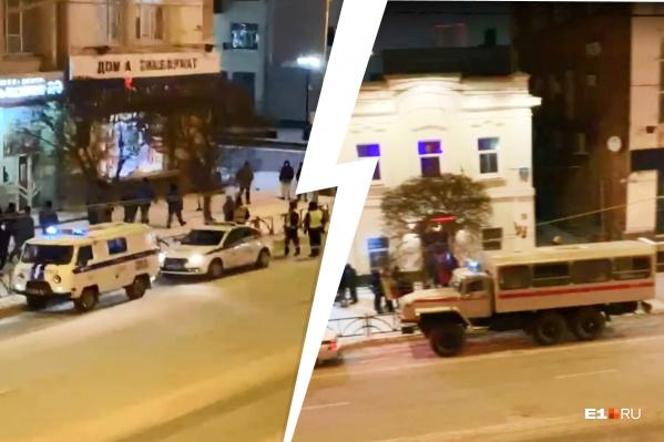 По словам очевидцев, гостей развлекательных заведений выгоняли на улицу и проверяли документы