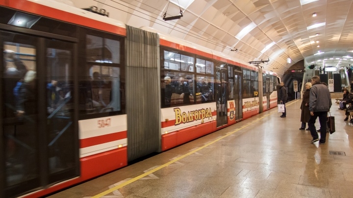 Бабушка не удержалась: в Волгограде из-за ДТП остановился скоростной трамвай