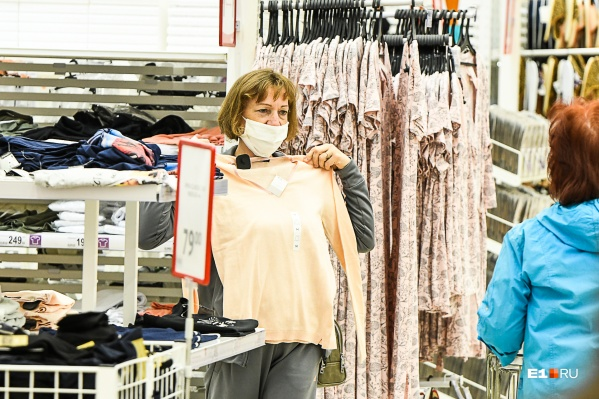 Одежду горожане этой весной могли купить лишь онлайн или в продуктовых гипермаркетах