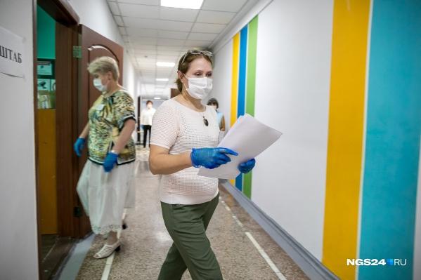 На недавнем ЕГЭ в Красноярске педагоги были в масках