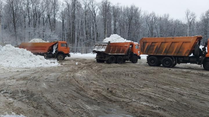 Уфимцы пожаловались, что грязный снег сваливают на берег Белой