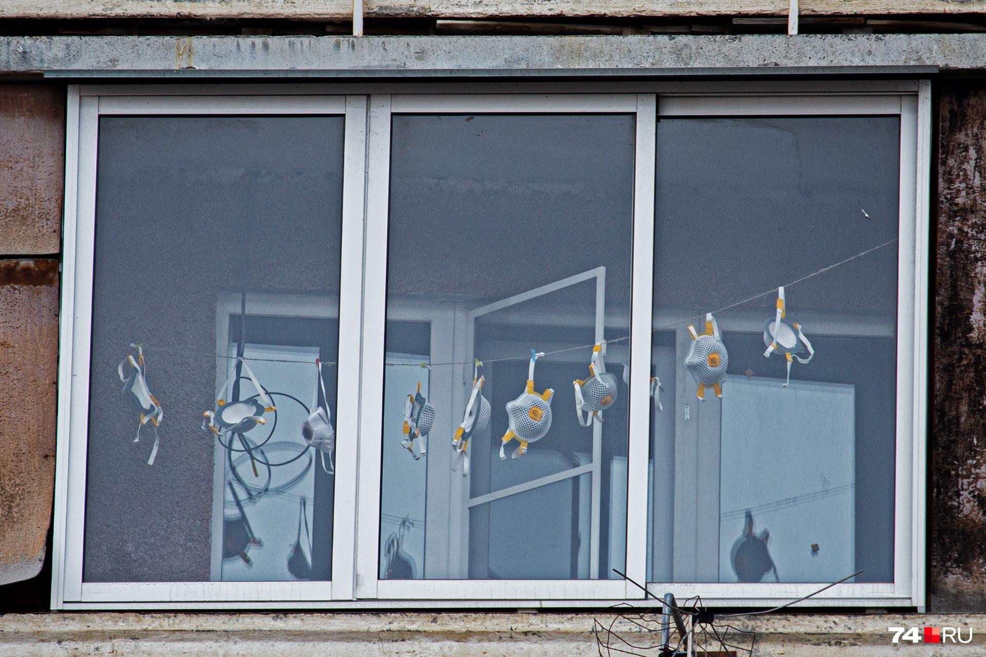 Еще одна примета времени: раньше на балконах оставляли белье, а в этом году гуляют и сушат маски