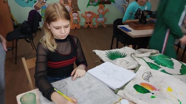 Школьница в Красноярске шьет холщовые сумки, чтобы поехать на конкурс красоты в Москву