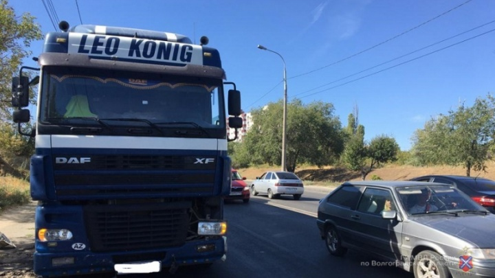 В Волгоградской области магистральный тягач раздавил легковушку