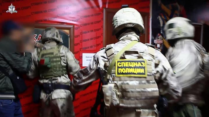 В Башкирии спецназ «накрыл» подпольное казино. Силовики сняли эпичное видео операции