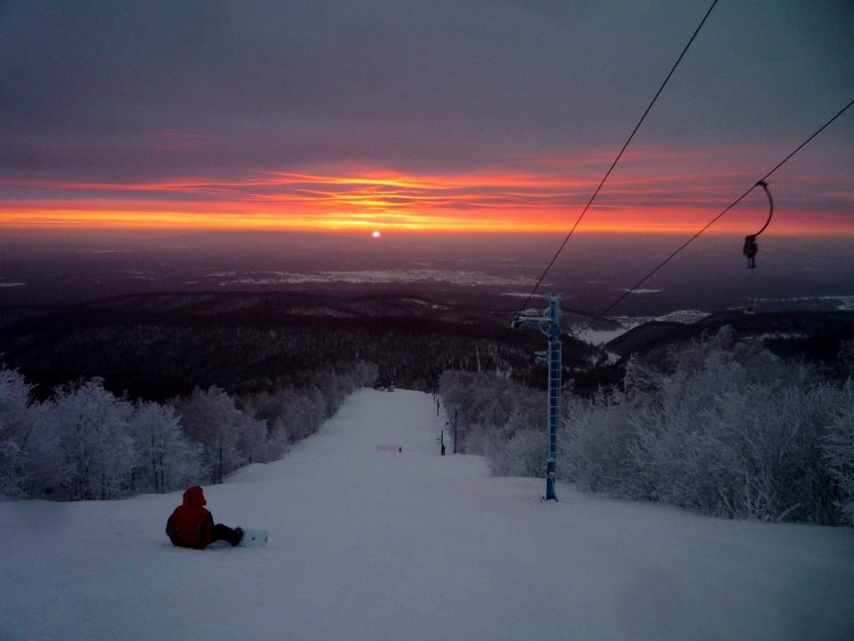 """Неземной красоты закатами можно любоваться со склонов. Правда, морозно: <nobr class=""""_"""">-18... -20 градусов</nobr> днем и около <nobr class=""""_"""">-28 градусов</nobr> в темное время суток"""
