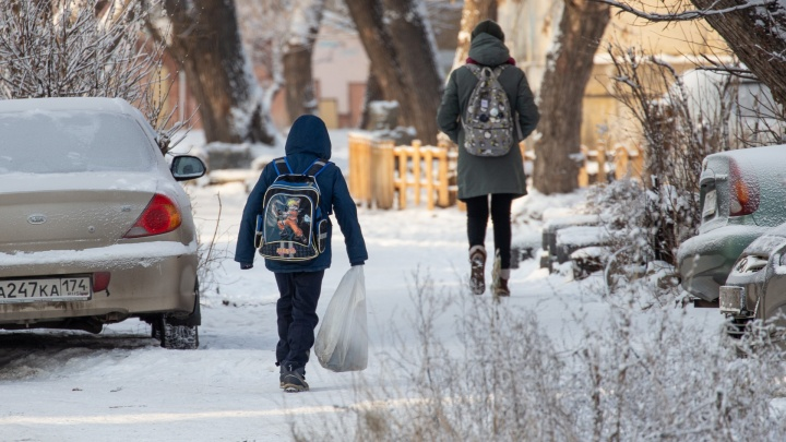 Из-за мороза школьники Челябинска остаются сегодня дома, но не все
