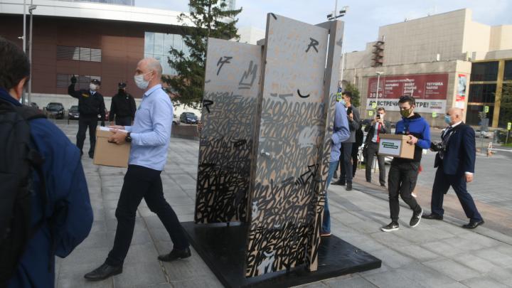 Народная инициатива дошла до свердловского Заксобрания: туда принесли подписи за возвращение прямых выборов мэра