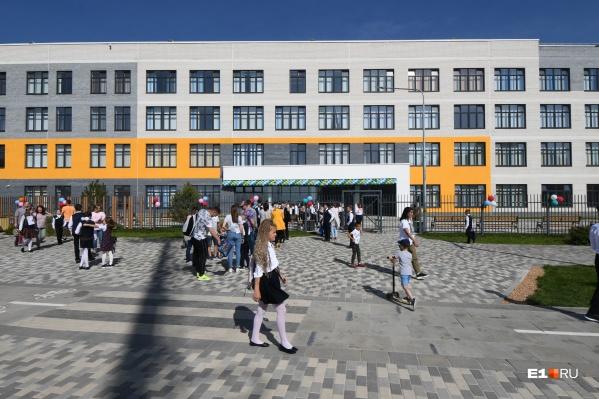 Фасад новой школы в микрорайоне Солнечном