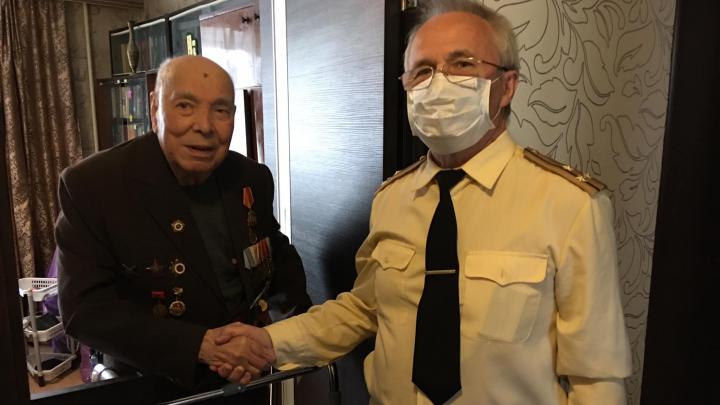 «От эмоций маску сдуло»: депутаты и чиновники поздравили ветеранов с 9 Мая. Без перчаток
