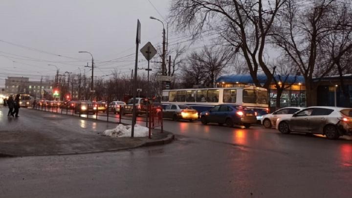 «Хаос и коллапс»: Краснооктябрьский район Волгограда замер в пробках из-за настройки светофора