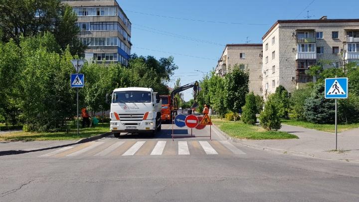 В Волгограде коммунальщики разламывают асфальт на несчастной улице Советской