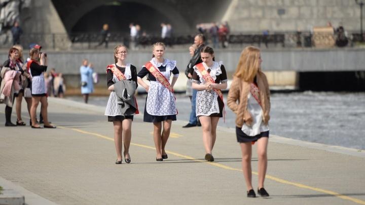Будут ли сокращать учебный год и что с последними звонками? Отвечает министр Юрий Биктуганов