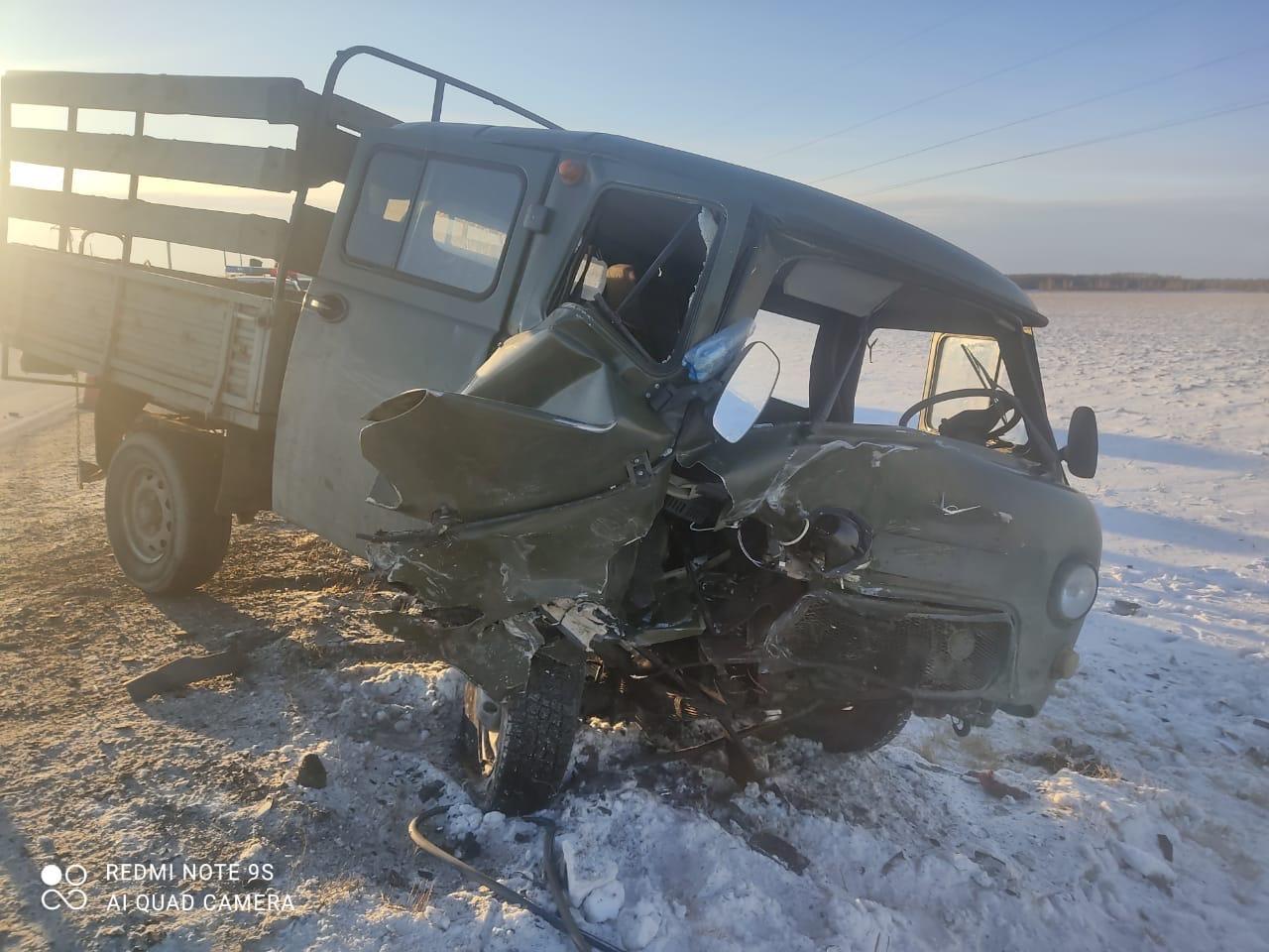 Дверь УАЗа смяло, сильно повреждена передняя часть автомобиля