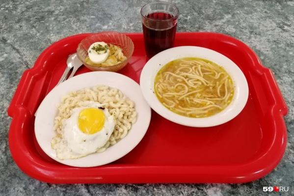 """Еда в столовой школы <nobr class=""""_"""">№ 7</nobr> невкусная, утверждает мама одного из учеников"""