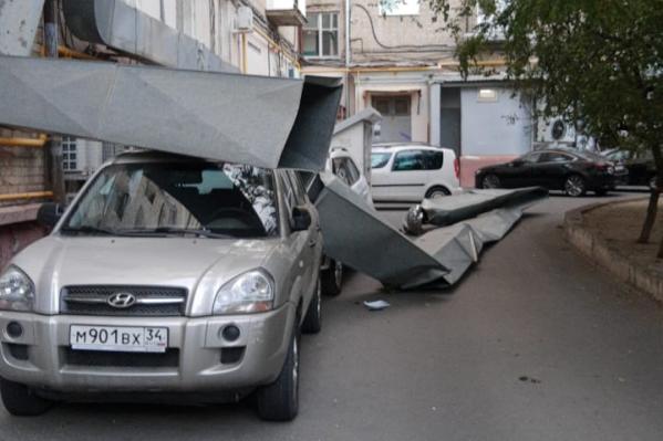 Конструкции зацепили два припаркованных во дворе кроссовера