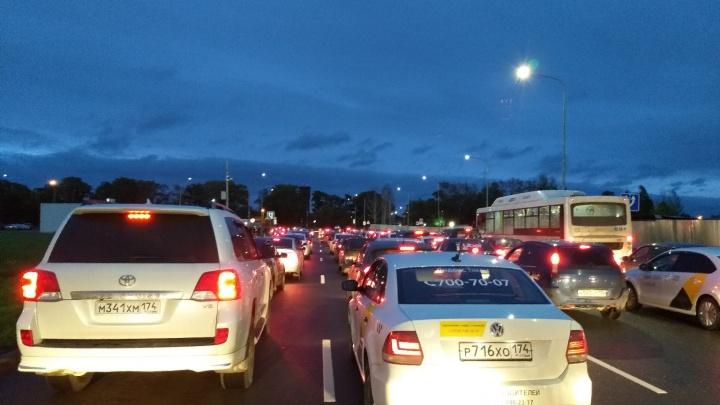 В аэропорту Челябинска объяснили, почему в пробке на парковке встали сотни машин