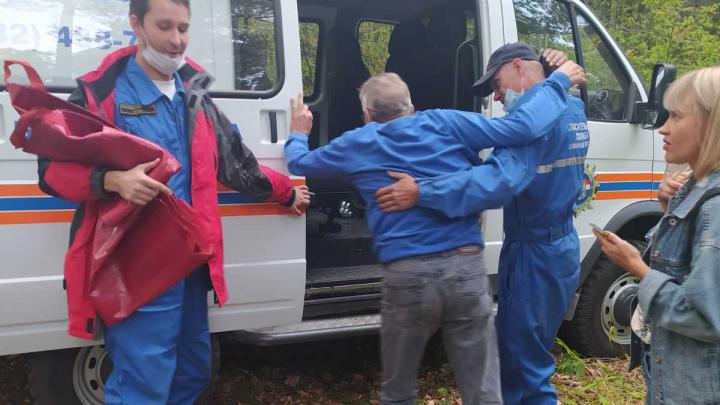 «Несли на руках»: спасатели эвакуировали двух человек из леса в Самарской области