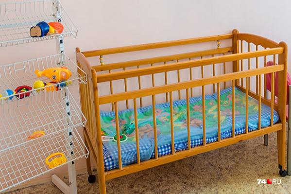 Годовалый мальчик пролежал в кроватке с бортиком три дня. Его трёхлетняя сестра ничем не смогла ему помочь