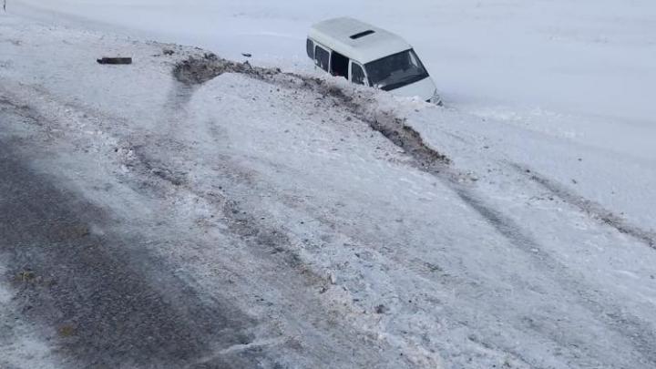 «Газель» слетела в кювет на новосибирской трассе: погибла 12-летняя девочка