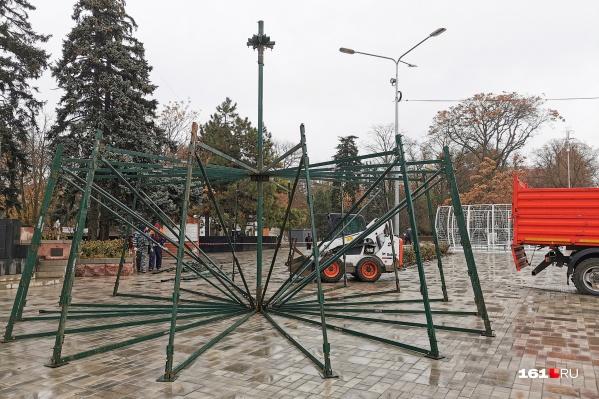 Перед парком им. Горького уже собирают елку