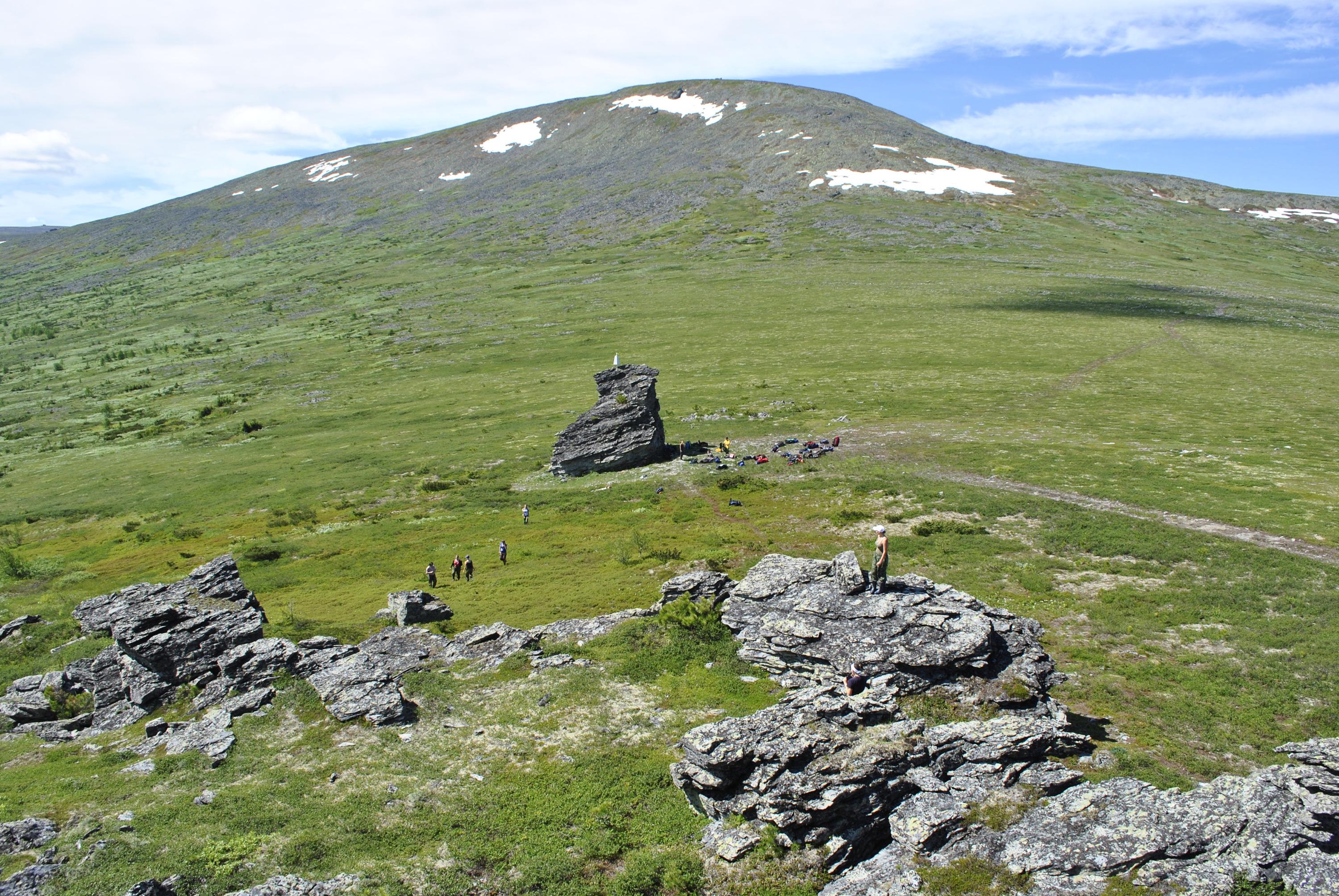 Это вид на перевал Дятлова летом. Группу нашли не прямо на нём, а чуть дальше, на восточном склоне горы Холатчахль