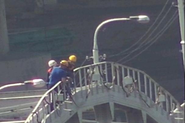 Жителей Уфы напугал мужчина, который забрался на арку старого Бельского моста