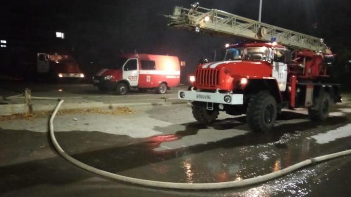 В Богдановиче мощный пожар охватил местный торговый центр
