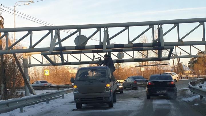 Под Тюменью грузовичок застрял под «мостом глупости». Опять